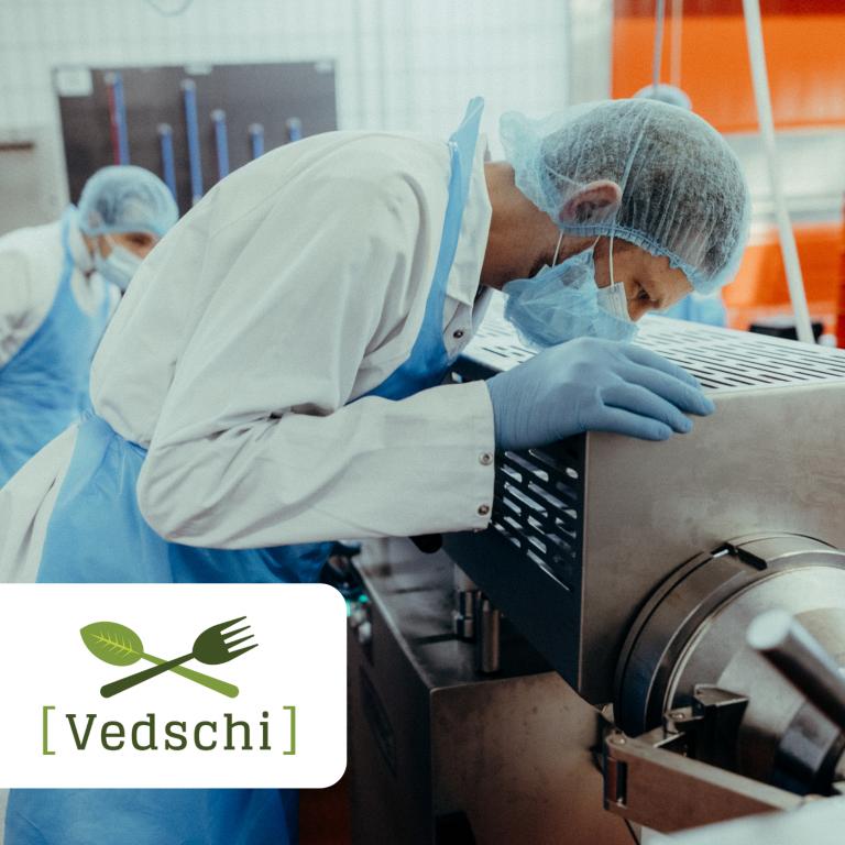 Vedschi-Produktion - ein Mitarbeiter beobachtet die Entstehung des Vedschi No. 02 Gemüsetaler vegan