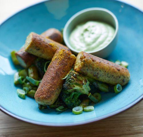Vedschi No.01 Griller vegan angerichtet auf dem Teller mit Brokkoli und Spargel.