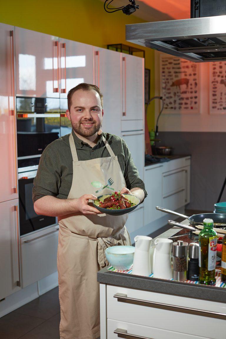 Willkommen im [Vedschi]-Kochstudio mit Ben - Heute mit Kichererbsen und der Vedschi No. 08 Cevapcici