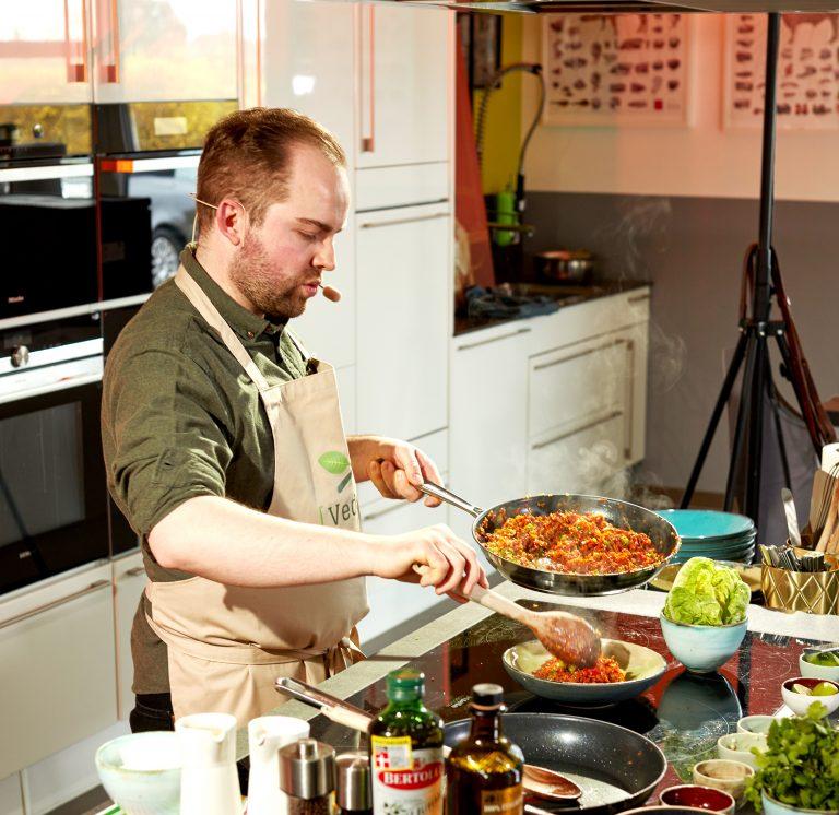Vedschi-Kochstudio mit Ben - Heute mit der Vedschi No. 05 Hack vegan